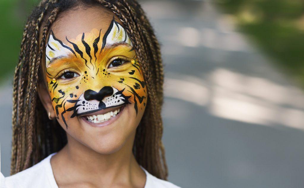 Billede af en pige som er ansigtsmalet som en tiger