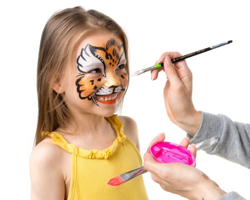 Ansigtsmaling på pige af professionel ansigtsmaler